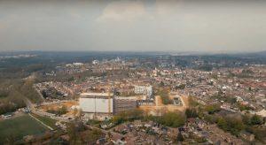 Foto in vogelvlucht van SUPERLOCAL terrein met flat op voorgrond